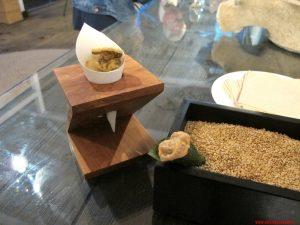 aponiente, cadige,Chicaron de morena (pelle fritta di murena) e temaki di plancton ripieni di mousse di sarda