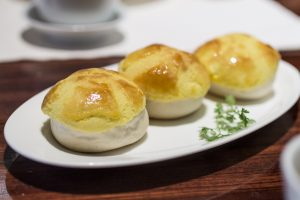 Baked Barbecued Pork Buns, Lung King Heen, Chan Yan Tak, Hong Kong, Cina