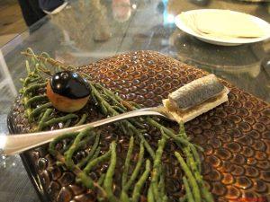 aponiente, cadige, Bigne salato di seppia con crema olandese alla seppia, Acciuga e melanzana