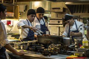 La vista della frenetica cucina dalla «barra», Astrid&Gaston, Lima.