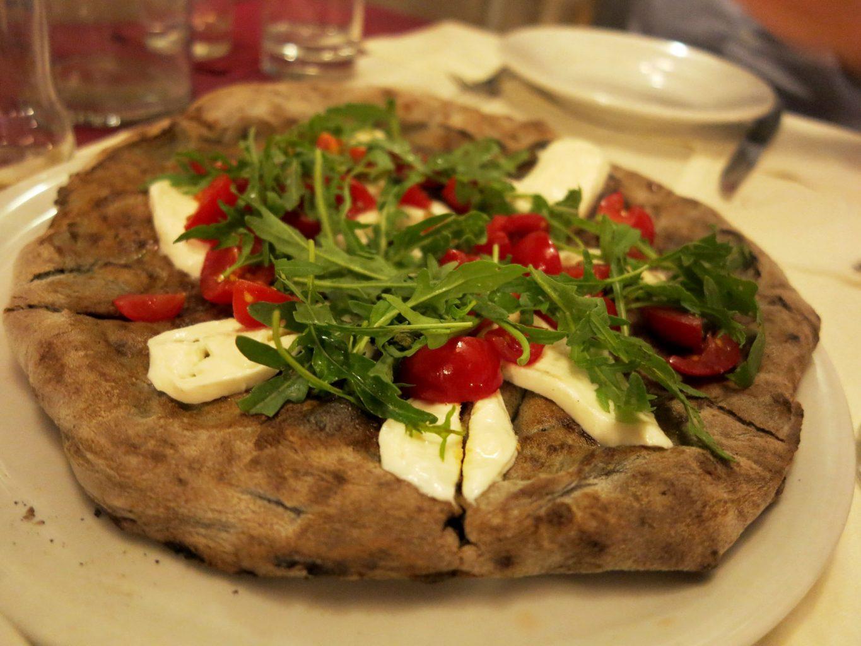 Impasto di grano arso, pomodorini, rucola e fiordilatte, Dal Penga, Pizza, Lecce, Puglia