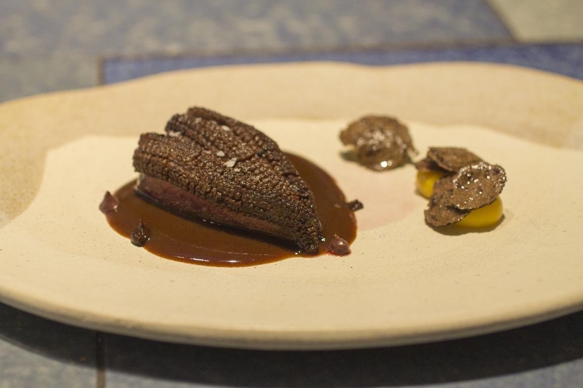 piccione con mole, mais e tartufo nero, Disfrutar, due stelle michelin, Barcellona, Spagna